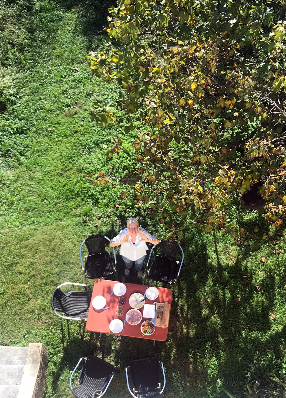 Die Künstlerin Marie-Theres Amici im Garten